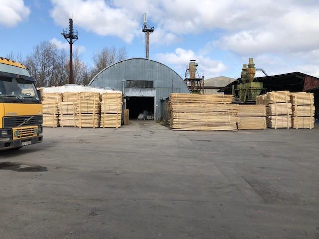 Komercobjekts – angāri ar kokmaterālu ražošanas līnijām.